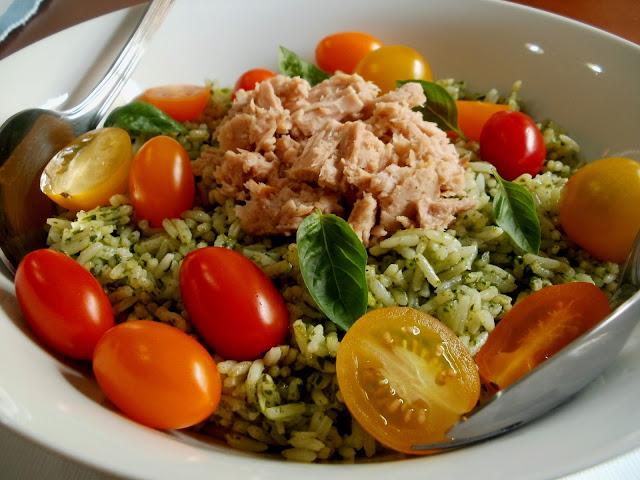 Ensalada de arroz con albahaca, atún y tomates cherry