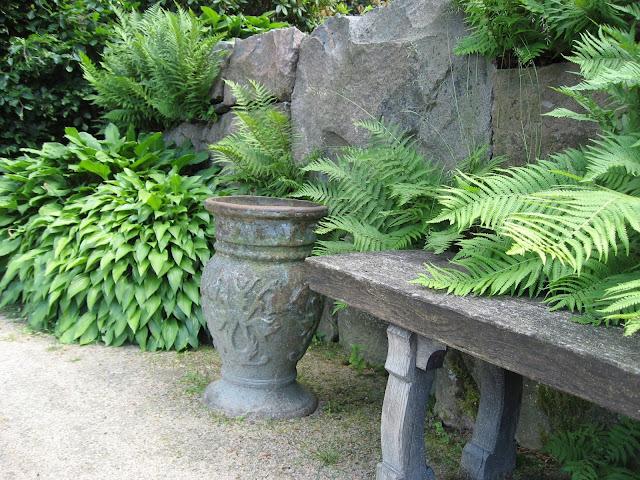 Sitteplass med urne og planter - Gøteborgs botaniske hage