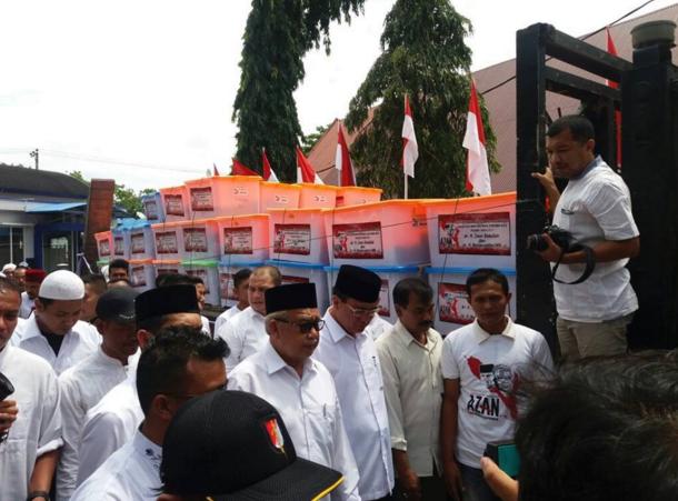 """Pasangan """"AZAN"""" Antarkan KTP ke KIP Aceh Pakai Truk Trado"""