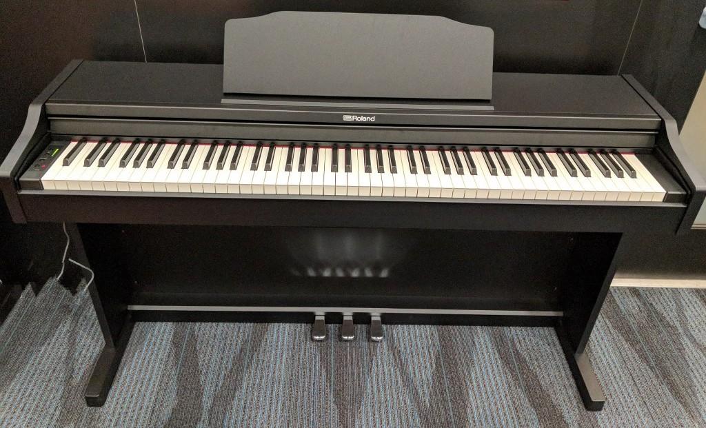 az piano reviews digital pianos under 1000 for 2018. Black Bedroom Furniture Sets. Home Design Ideas