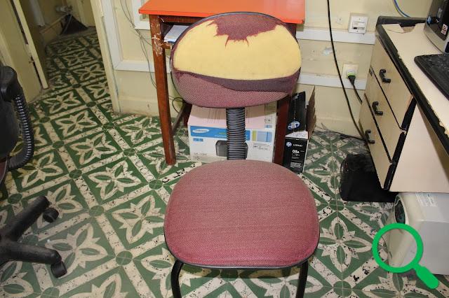 Cadeira rasgada em sala da Prefeitura Municipal de Buenos Aires