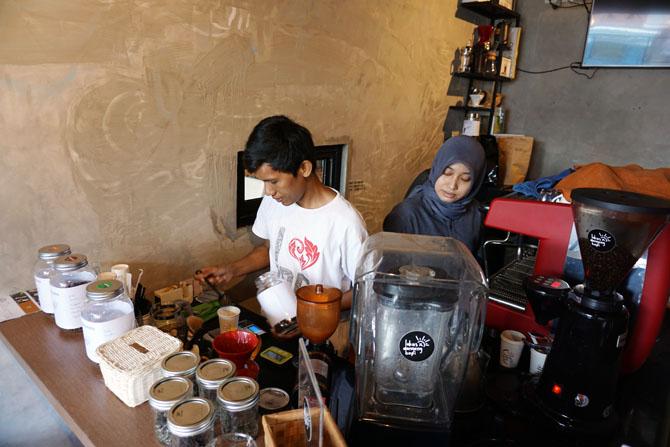 Menyiapkan alat seduh kopi diarahkan oleh barista