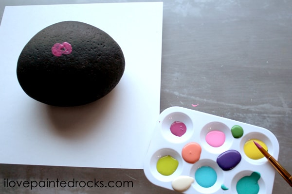flower painted rocks - start with pink flower in the center