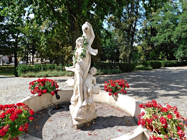Sulisław, pałac, kwiaty, park, rzeźba