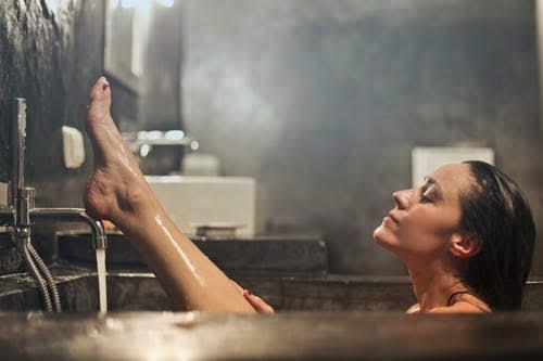 إمرأة تستحم