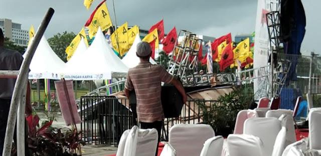 Panggung Kampanye Jokowi di Makassar Roboh Diterjang Hujan