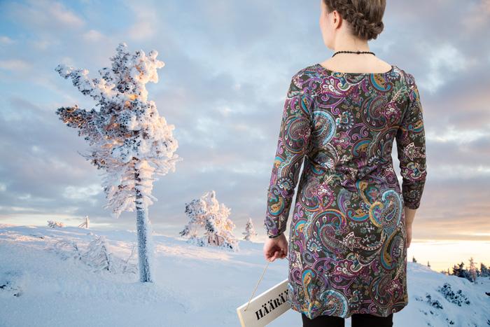 Tunika Ottobren Autumn Mood -kaavalla, taustalla maisema Muonion Särkitunturilta