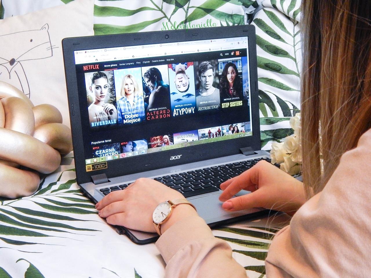 5seriale-z-netflixa-idealne-na-romantyczny-wieczor-co-warto-obejrzec-na-netflixie-filmy-seriale-dla-kobiet-dla-mlodziezy-na-romantyczny-wieczor-jak-spedzic-mily-wieczor-randke-noc-chillout-seriale-netflix-filmy