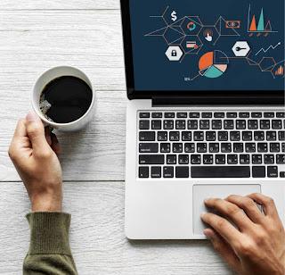 ganhar dinheiro na net notebook na mesa e café