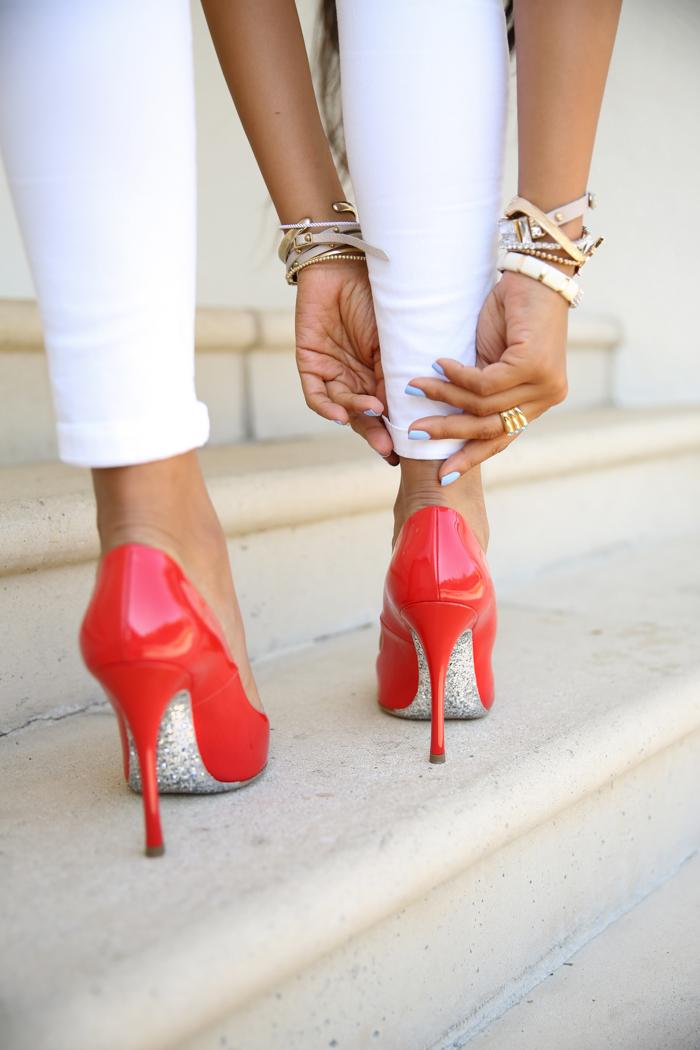 Женские ножки в махровых туфлях фото