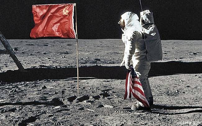 Chinesische Kommunisten auf dem Mond - Rote Fahne mit Hammer und Sichel lustig