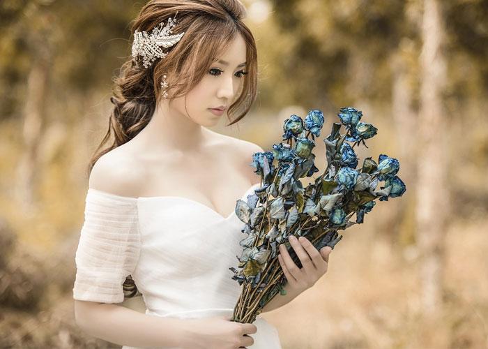 mulher de carater segurando um buque de flores
