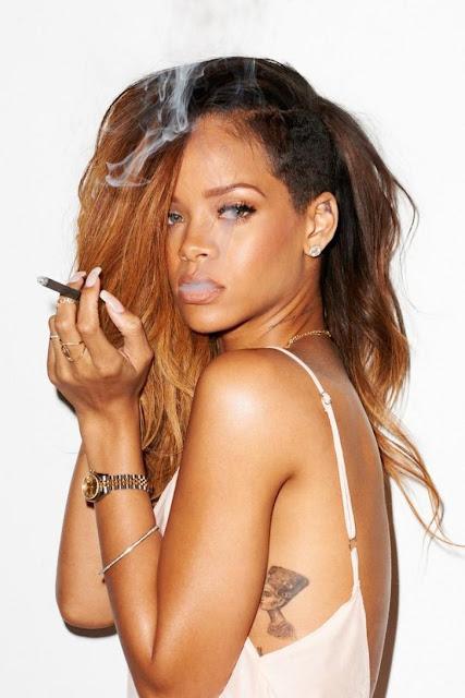 La cantante Rihanna en camisón, lleva un tatuaje en las costillas , es un tatuaje de nefertiti