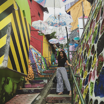 Salah satu sudut Kampung Warna-Warni dengan hiasan payung di atasnya. Foto oleh @audreygiovannii
