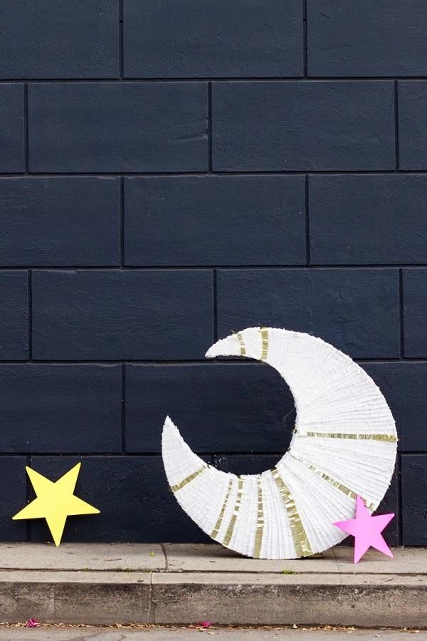 piñata con forma de luna