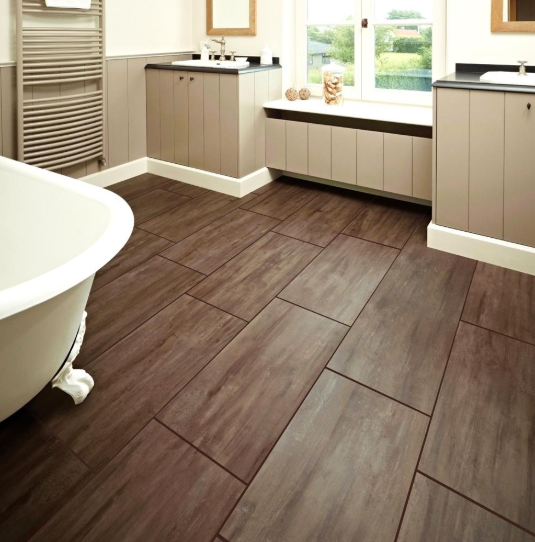 Penggunaan keramik lantai bermotif kayu mampu menhangatkan suasan kamar mandi