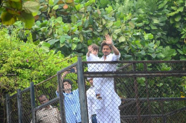 Eid Mubarak Special: Shah Rukh Khan Oo Taageerayaashiisa Ugu Hambalyeeyay Ciidul Fidriga (+Sawiro)