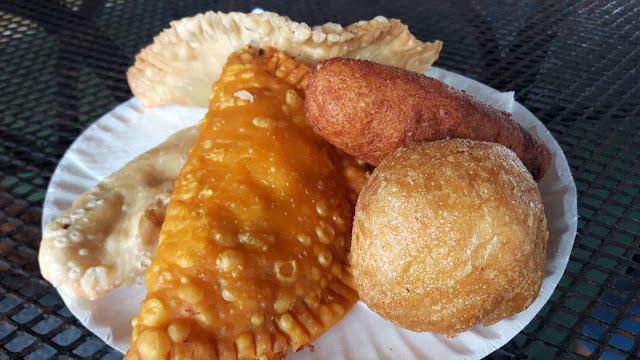 Puertorikanische Köstlichkeiten: frittierte Empanadillas und Alcapurria