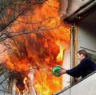 Feuer in der Nachbars Wohnung - Feuer löschen lustig