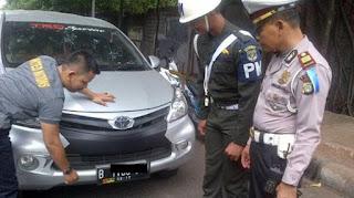 """Atribut """"TNI"""" Tertempel di Pelat Nomor Kendaraan"""
