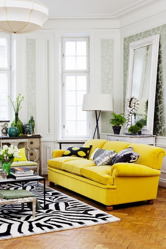 Decoraci n de salas de color amarillo c mo arreglar los - Decorar muebles con tela ...