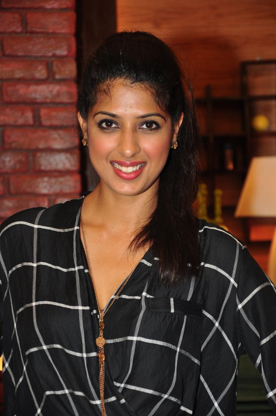 Hindi TV Actress Aishwarya Sakhuja Photos In Black Shirt At Nach Baliye