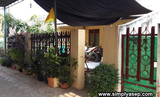 RUMAH ORANG TUA : Inilah rumah almarhu dan almarhumah kedua oranh tua saya di Bekasi. Foto ini dijepret pada tanggal 11 September 2015 saat ibunda tercinta saya wafat.  Foto Asep Haryono