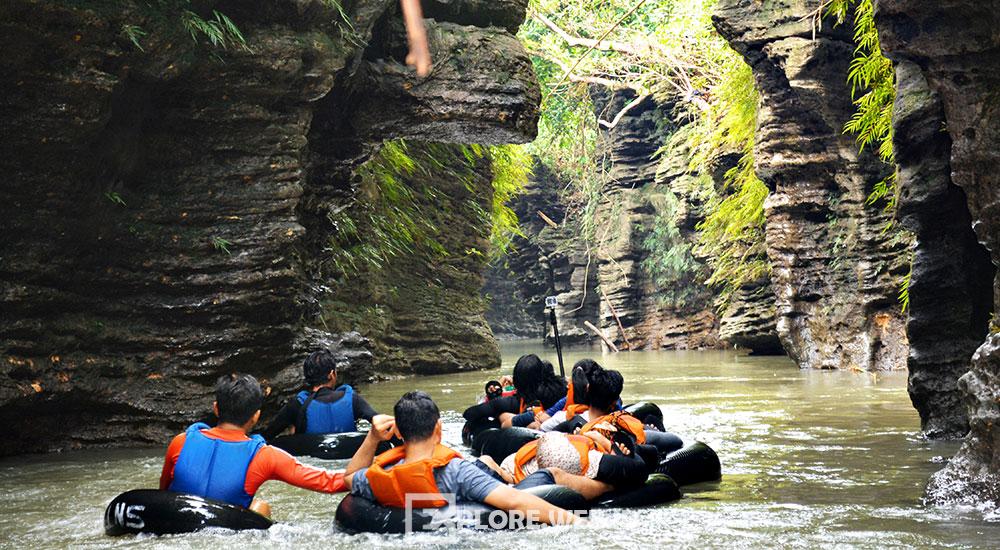 aktivitas river tubing di sungai santirah selasari pangandaran