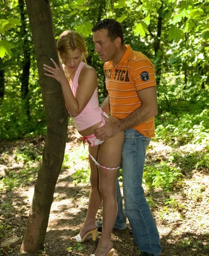 парни трахают в парке девушку подростки ведут