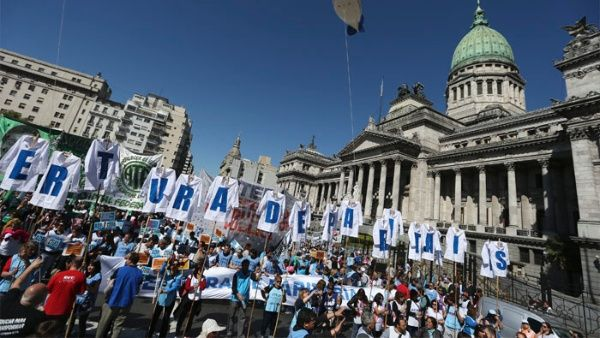 Reforma de Macri beneficia a empresas, dicen 63% de argentinos