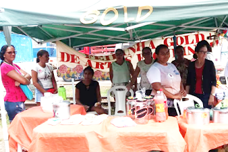 Representantes de mulheres do Grupo Gold+ da ONG Ceacri participam da Feira Livre de Itapiúna