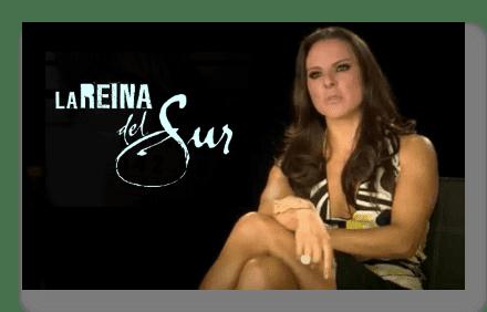 Teresa posando sentada junto al Logotipo de La reina del sur