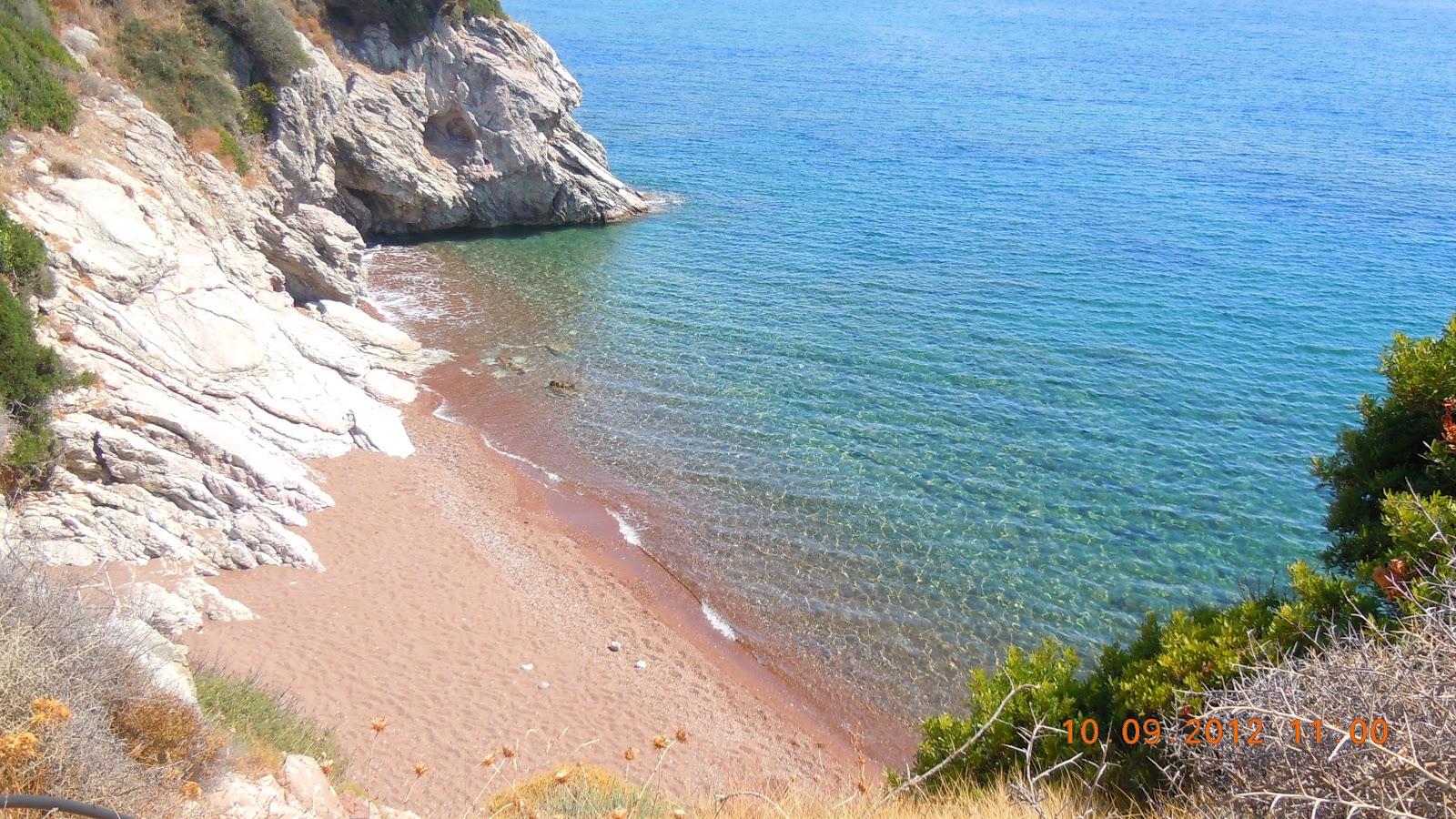 Είναι στη συνέχεια της παραλίας  Άγιος Νικόλαος» και χωρίζεται από αυτή με  έναν βράχο. Πρόκειται για μια πολύ μικρή παραλία στην εσοχή δύο βράχων. f3387fdc685
