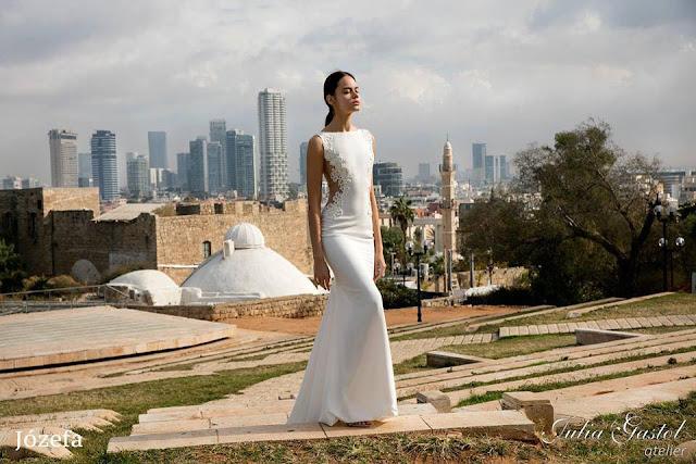 Elegancka obcisła suknia ślubna.