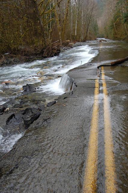 Uma estrada abandonada se transformou em um gradiente natural