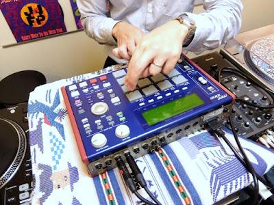 MPC1000の使い方をマンツーマンレッスンで教えています。
