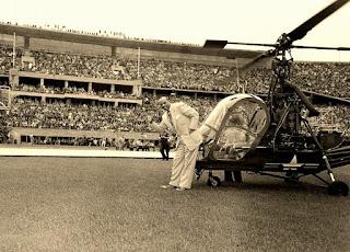 Jesse Owens descendiendo del helicóptero.