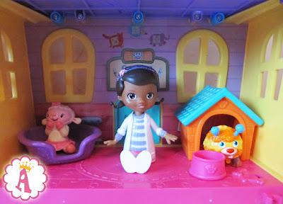 Игрушка доктор Плюшева сидит в окружении овечки и собачки. Набор Doc McStuffins Deluxe Vet Pet House