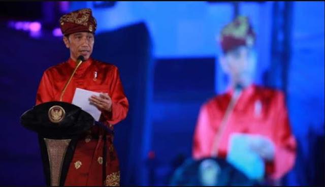 Jokowi memakai baju adat