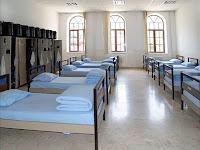 Askeri bir koğuştaki yataklar