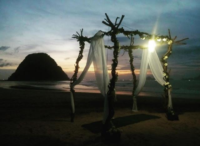 Romantisme senja hari di Pulau Merah Banyuwangi.