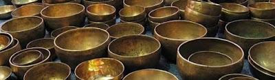 Beaucoup d'hypothèses ont été avancées concernant l'origine des bols chantants tibétains. Certains prétendent qu'ils n'ont jamais été autre chose que des objets de la vie quotidienne. D'autres affirment qu'à l'époque pré-bouddhique, ils étaient employés à des fins magico-religieuses par les chamans de peuples himalayens, les Bon Po.