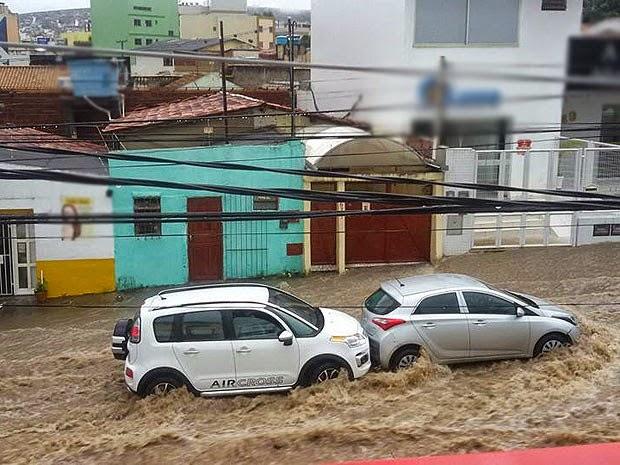 Chuva alagou ruas de Vitória da Conquista na tarde de segunda-feira (10). (Foto: Anderson Oliveira/Blog do Anderson)
