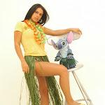 Andrea Rincon, Selena Spice Galeria 13: Hawaiana Camiseta Amarilla Foto 5
