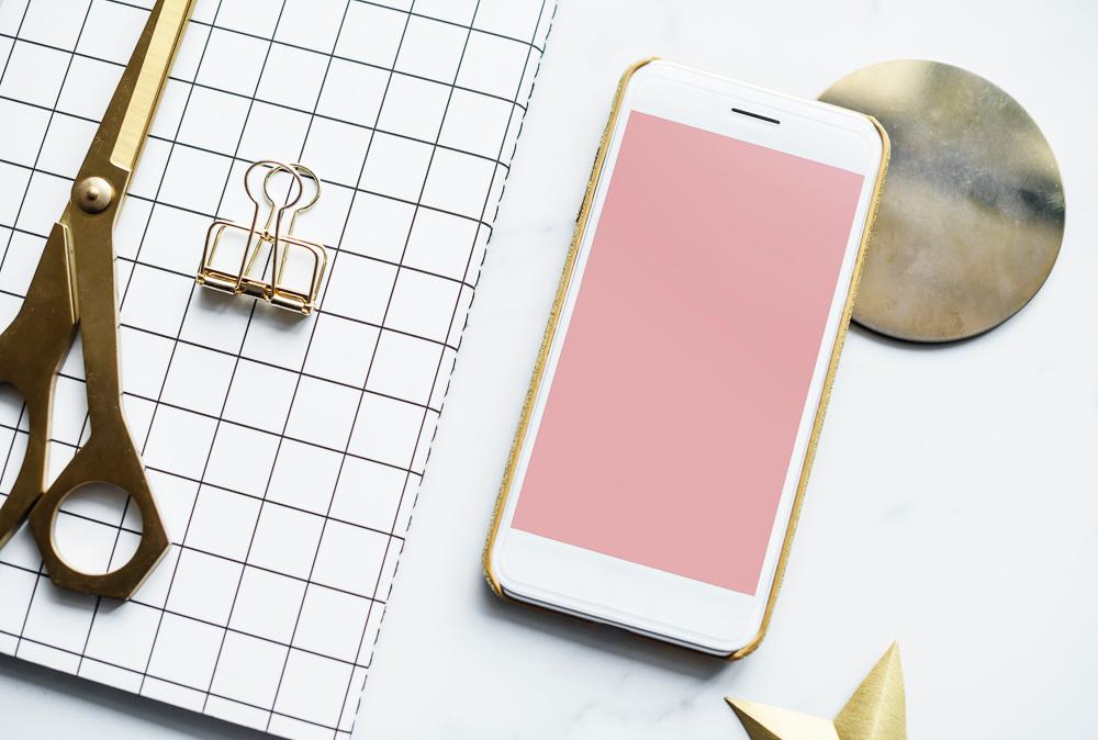 oggetti da scrivania color oro su sfondo bianco