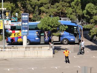 De spelersbus van Barcelona naast Camp Nou