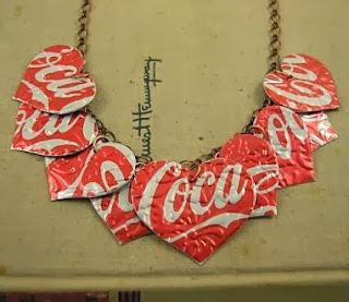 http://manualidadesreciclables.com/13206/collar-de-corazones-de-coca-cola