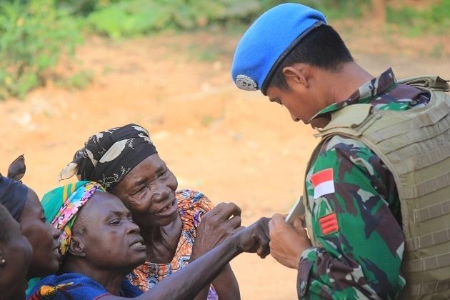 Pasukan Garuda Bagikan Baju untuk Masyarakat Afrika