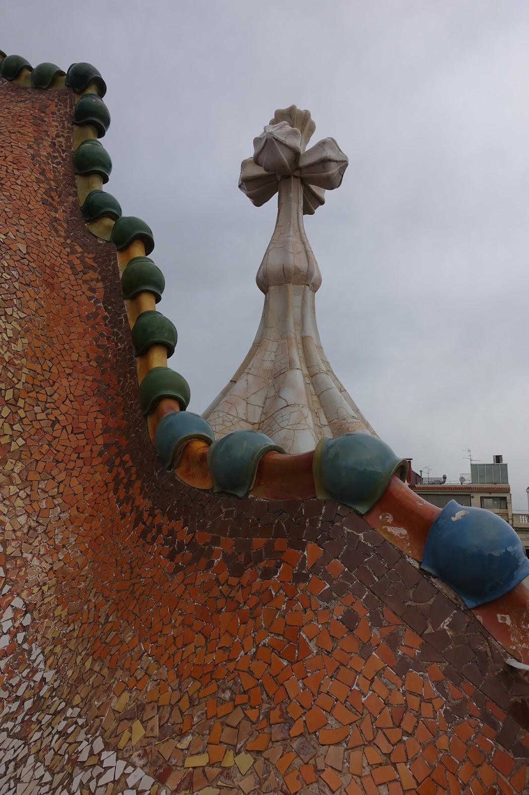 カサ・バトリョ(Casa Batlló) 「ドラゴンの背中」と「4本腕の十字架」
