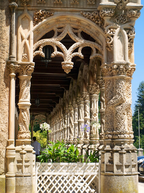 Detalle de la galería del Hotel Palace en la Mata do Buçaco, Portugal